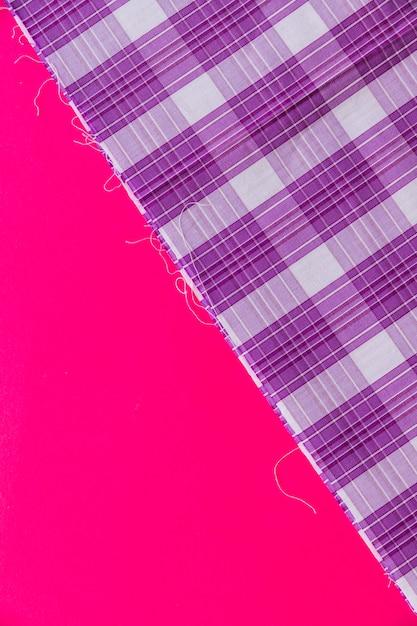 Повышенный вид фиолетовый клетчатый узор текстиля на розовом фоне Бесплатные Фотографии
