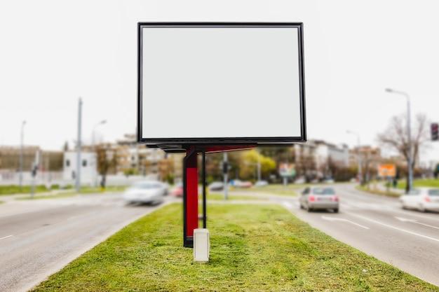 道路交差点の広告のための白い空白スペース 無料写真