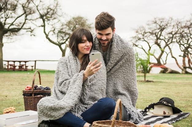 若い、恋人、恋人、見る、携帯電話、公園 無料写真