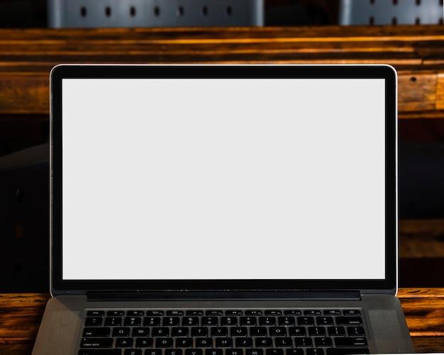 白い空の画面とモダンなラップトップのクローズアップ 無料写真