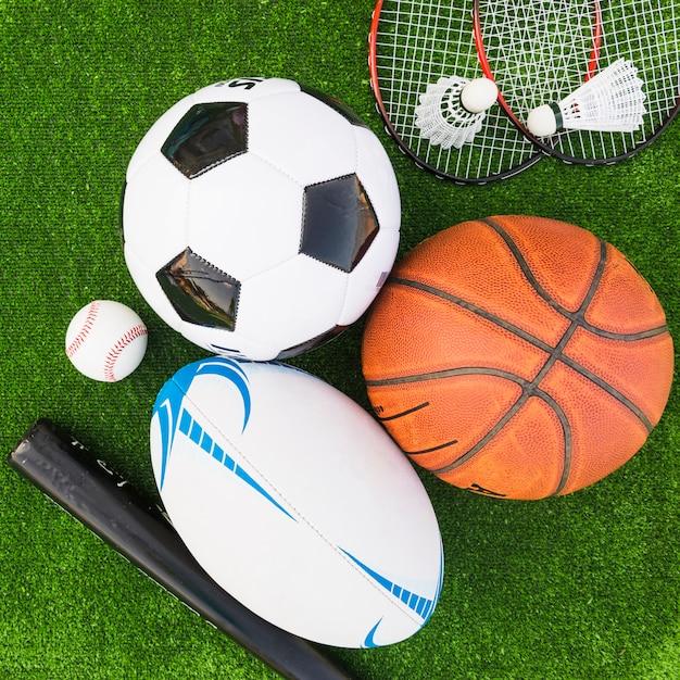 緑色の芝生のスポーツ用品の異なるタイプのオーバーヘッドビュー 無料写真