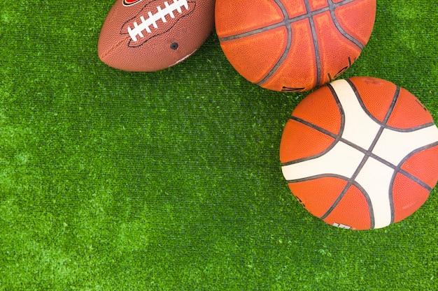 緑の芝生のバスケットボールとラグビーボールのオーバーヘッドビュー 無料写真