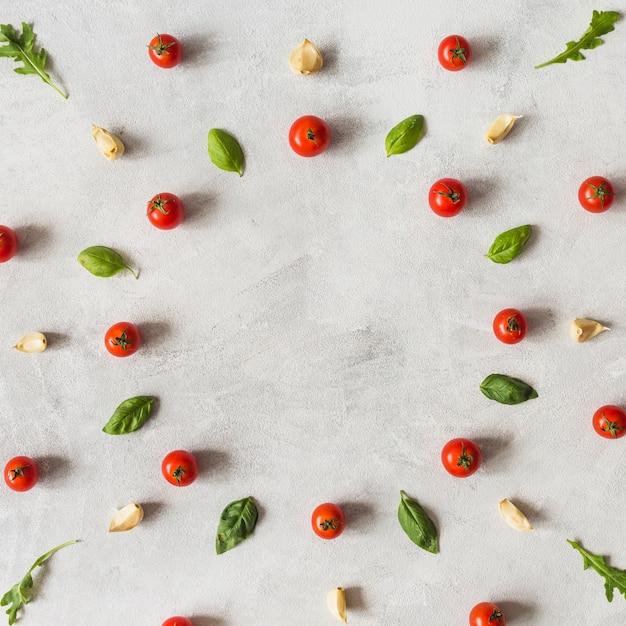 円形の枠の中に配置された装飾野菜のスペース 無料写真