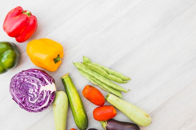 木製の表面上の新鮮な健康的な野菜 無料写真