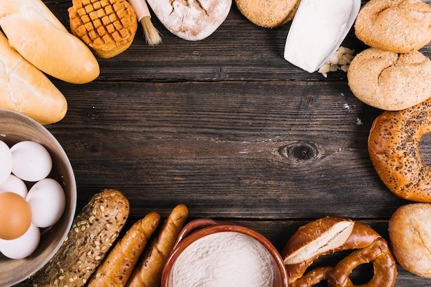 テキストのスペースがあるテーブル上の焼きたてのパンの様々 無料写真