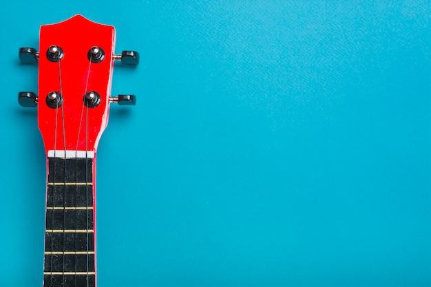 青い背景にアコースティッククラシックギターヘッド 無料写真