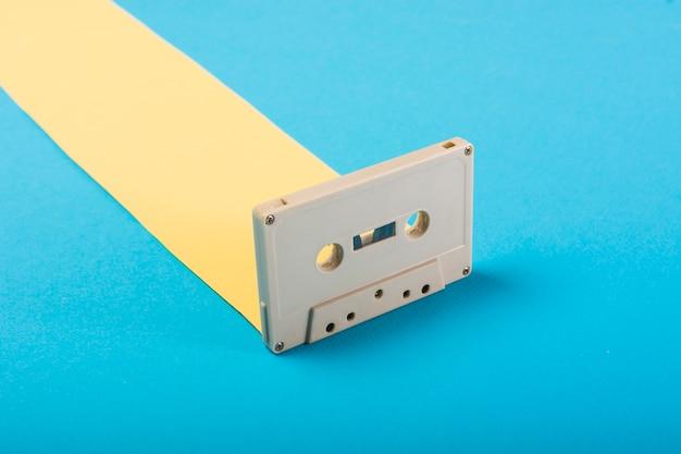 青い背景にレトロなカセットテープ 無料写真