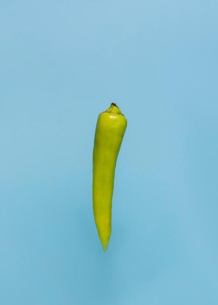 青色の表面に緑色の唐辛子の胡椒のクローズアップ 無料写真