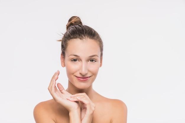白い背景に裸の肩を持つ若い女性 無料写真