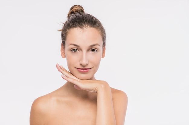 白い背景に裸の肩を持つかわいい女性 無料写真