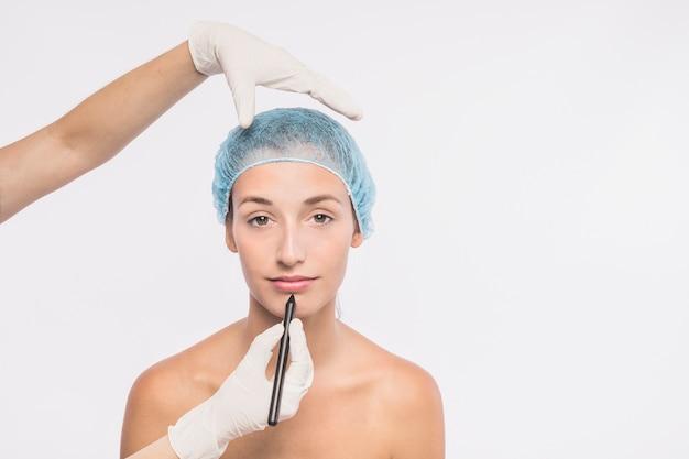 Довольно женщина готовится к инъекции врачом Бесплатные Фотографии