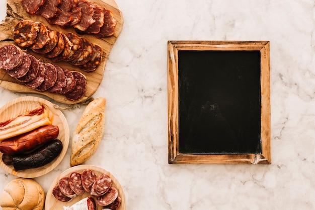 チョコレートの近くのソーセージとパン 無料写真