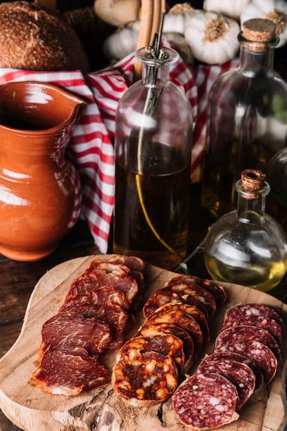 オイルと鍋の近くにあるソーセージのクローズアップ 無料写真