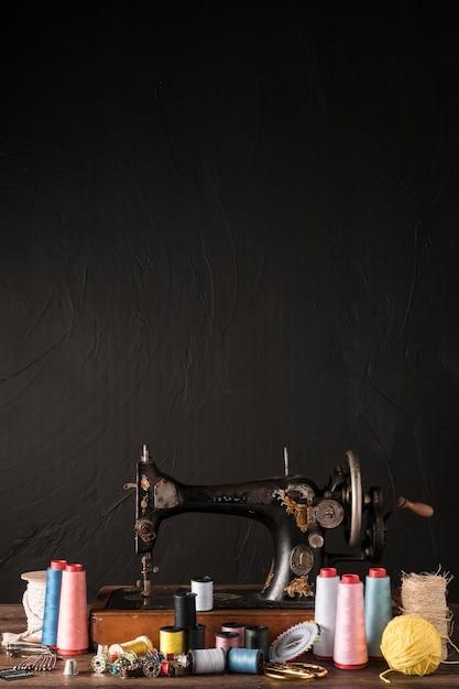 機械の近くの縫製用具 無料写真