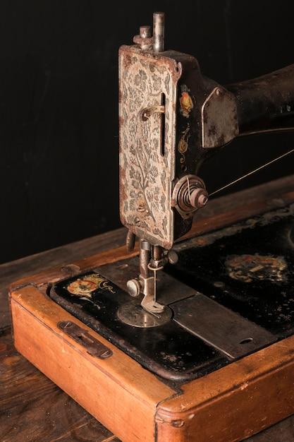 ワークショップでの古いミシン 無料写真