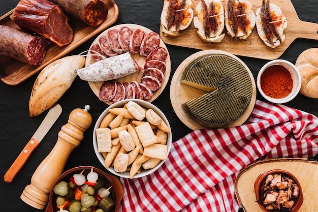 食べ物の近くのナプキンとナイフ 無料写真
