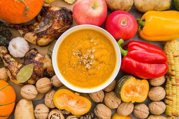 フードの背景にボウルのカボチャのスープ 無料写真
