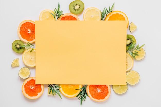 果物と葉の黄色い紙のシート 無料写真