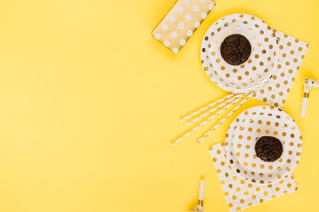 カップケーキの近くのギフトとパーティー用品 無料写真