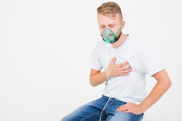 喘息ネブライザーを使用している男 無料写真