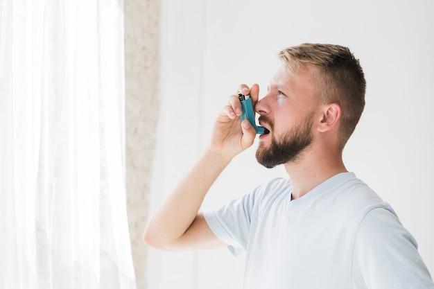 吸入器を使っている男 無料写真