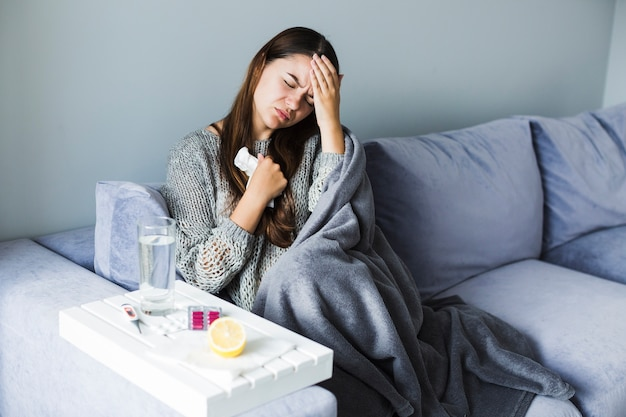 頭痛を患っている女性 無料写真
