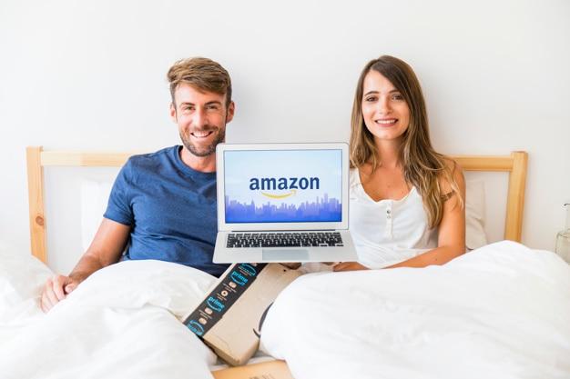 ラップトップでベッドで男性と女性を笑顔にする 無料写真