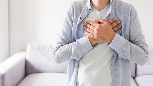Человек в рубашке, страдающей от боли Бесплатные Фотографии