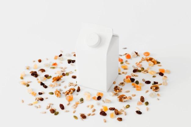 ドライフルーツとナッツの白いカートンパッケージ 無料写真