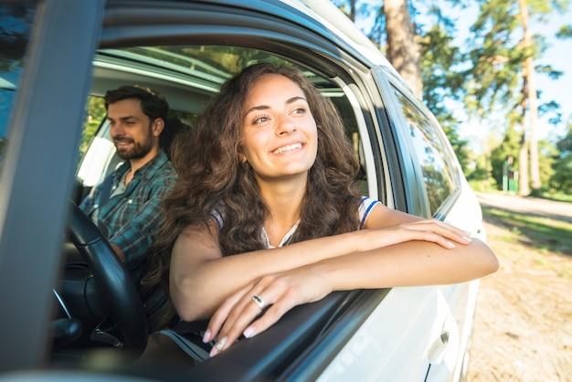 Молодая пара в автомобильной поездке Бесплатные Фотографии