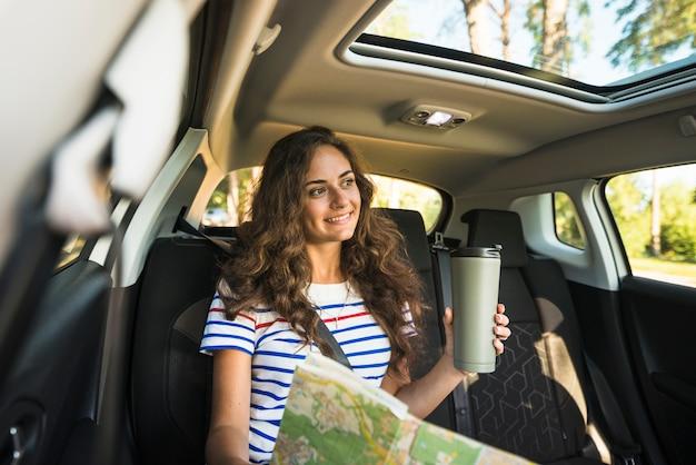 Молодая женщина в автомобильной поездке Бесплатные Фотографии
