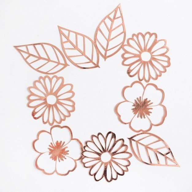 レーザーカット花と白い背景に葉 無料写真