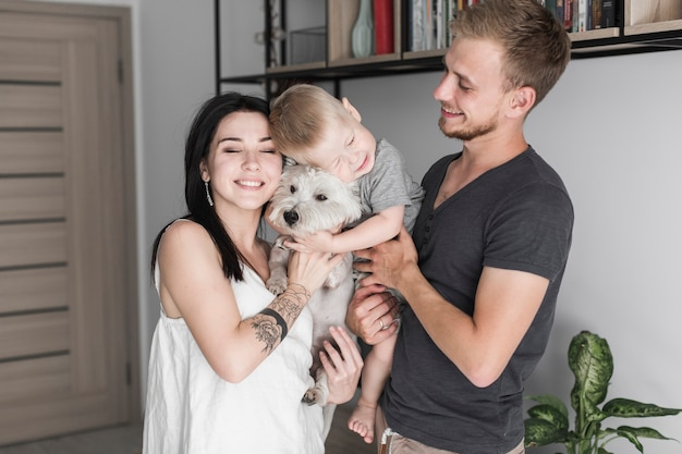 犬と幸せな家族の肖像 無料写真