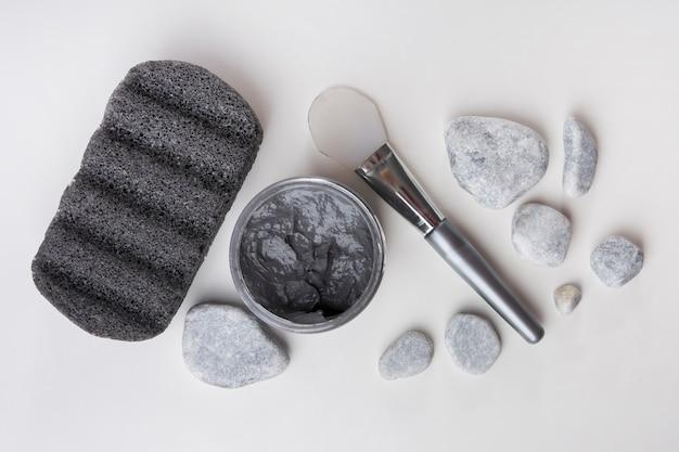 軽石;スパ石;粘土マスクと白い背景にブラシ 無料写真