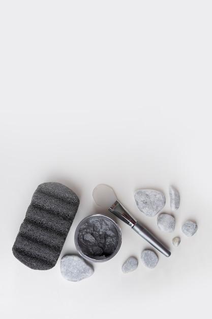 軽石;スパ石;粘土マスクと白い背景で隔離されたブラシ 無料写真