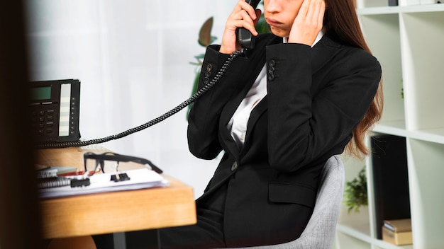 電話で話している動揺の若い実業家 無料写真