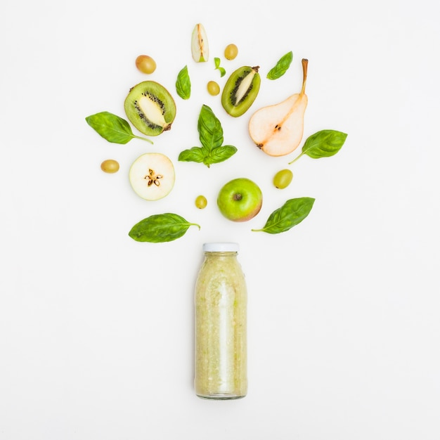 白い背景に閉じた瓶のフルーツスムージー 無料写真
