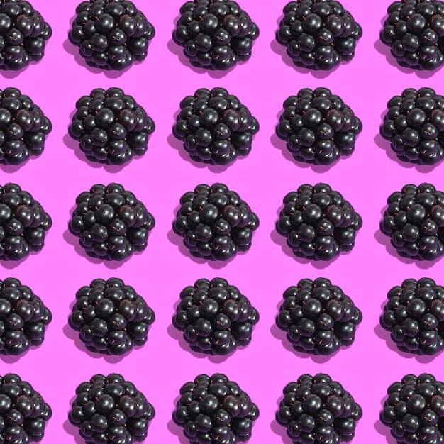 ピンクの背景に新鮮なブラックベリーの行 無料写真
