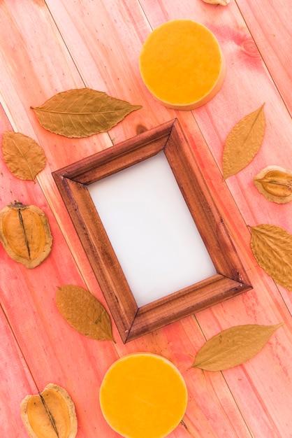 乾燥した葉と果物の間のフォトフレーム 無料写真