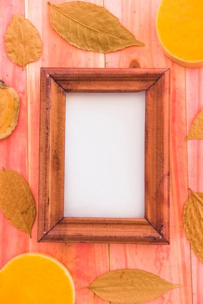 乾燥した葉と果物との間のフォトフレーム 無料写真