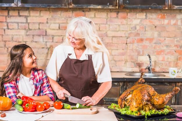 おばあちゃんの祖母と孫娘の七面鳥料理 無料写真
