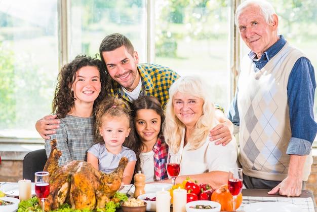 女性、子供、年配のカップルの近くの男 無料写真