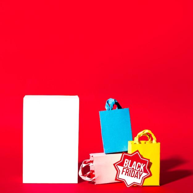 Белый лист и красочные пакеты для покупок Бесплатные Фотографии