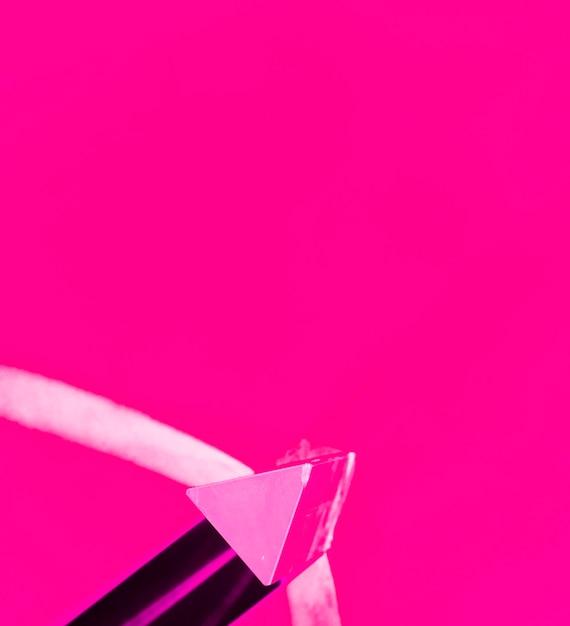 Треугольная розовая форма на цветном фоне Бесплатные Фотографии