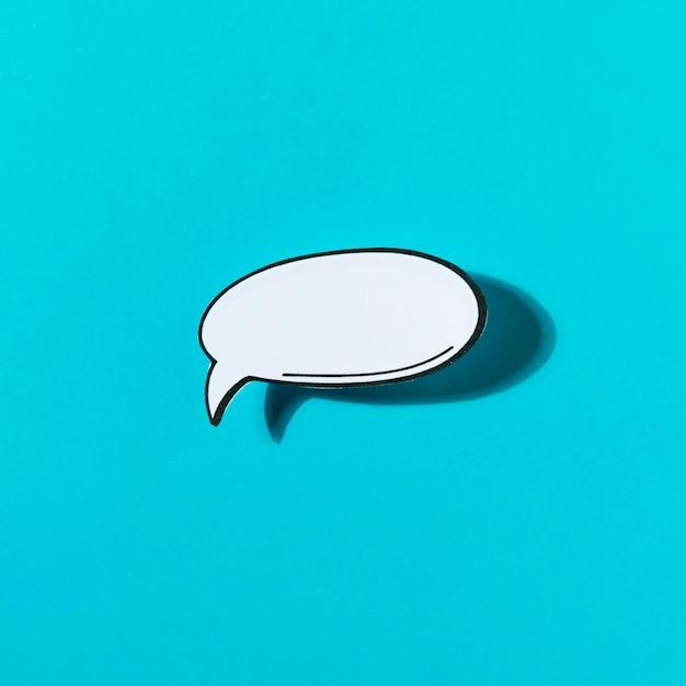 青い背景に白いバブル音声チャットアイコン 無料写真