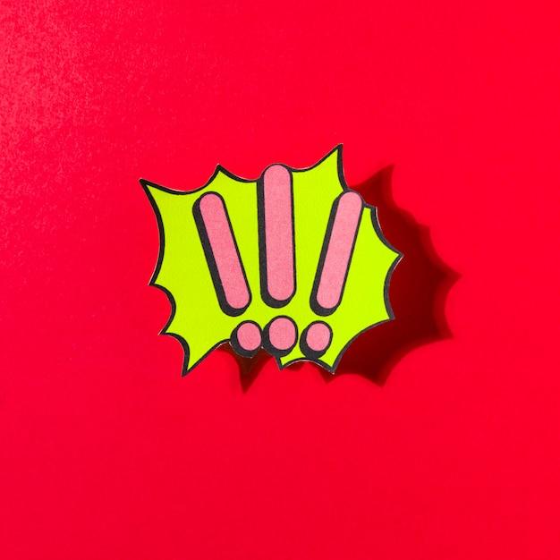 赤い背景に緑色の泡にピンクの感嘆符 無料写真