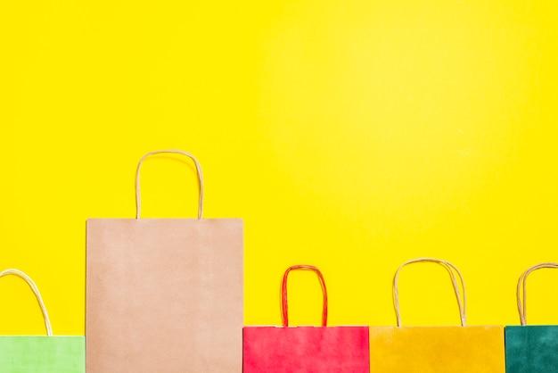 ハンドル付きの明るいショッピングバッグ 無料写真