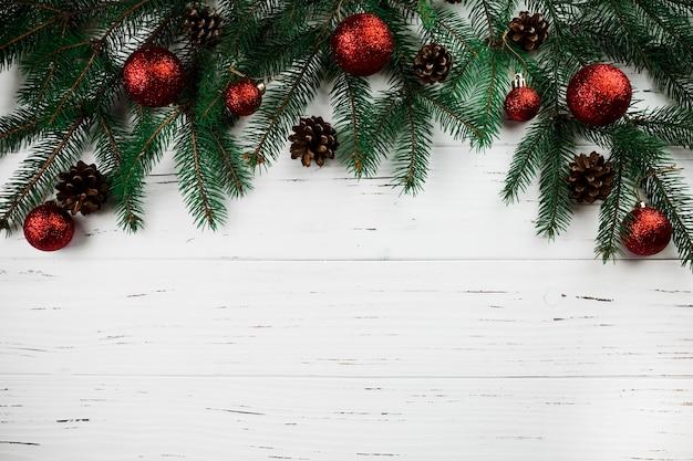 クリスマスの房のある枝 無料写真