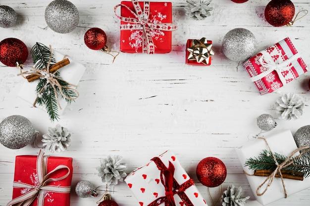 明るい贈り物箱と闘牛のクリスマスの組成 無料写真