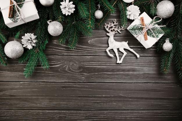 小さな鹿と緑のモミの木の枝のクリスマスの組成 無料写真